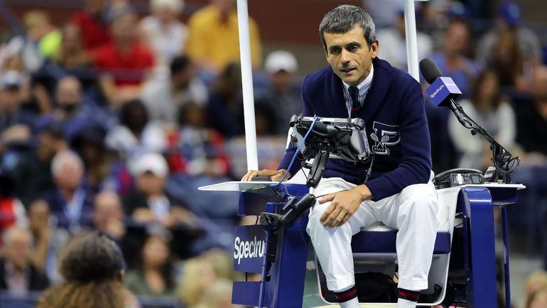 Суббота. Нью-Йорк. Карлос Рамос выслушивает нелестные комментарии Серены Уильямс по ходу финала US Open. Фото AFP