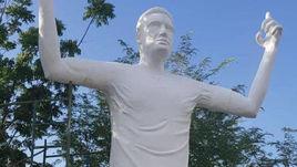 В Колумбии установили статую Фалькао, которая не похожа на футболиста