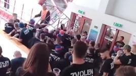 Безумная бойня на трибунах хоккейного матча в Венгрии. Фанаты напали на обычных болельщиков