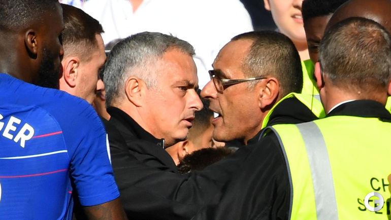 """20 октября. Лондон. """"Челси"""" - """"Манчестер Юнайтед"""" - 2:2. Маурицио Сарри (справа) пытается усмирить гнев Жозе Моуринью."""