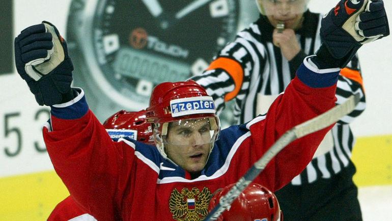 Алексей Яшин празднует гол в матче сборных России и Дании на ЧМ-2004.