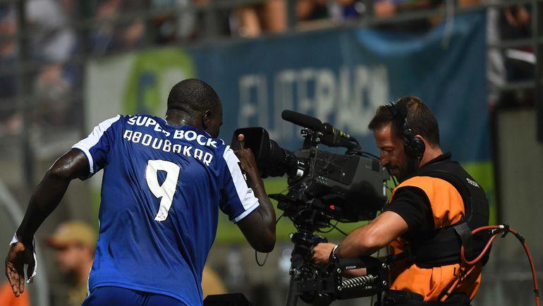 "Нападающий ""Порту"" Венсан Абубакар празднует забитый гол у телекамеры. Фото REUTERS"