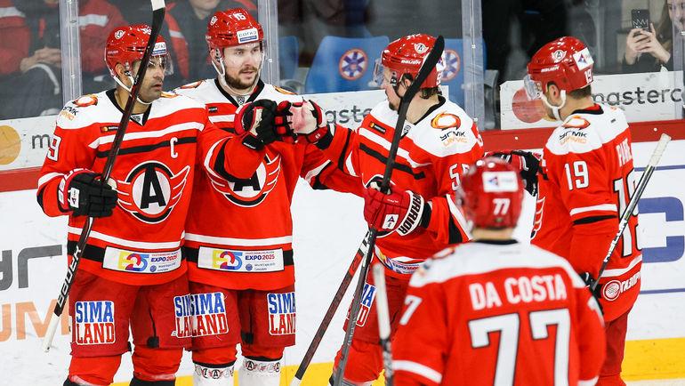 Найджел Доус (слева) - один из самых высокооплачиваемых хоккеистов всей КХЛ - к перерыву на матчи сборных идет на первом месте в списке бомбардиров. Фото photo.khl.ru