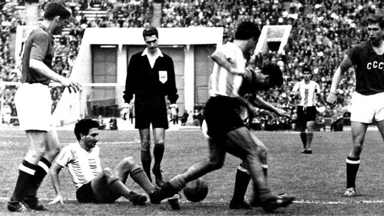 1961 год. Николай Маношин (справа) в матче ССР - Аргентина.