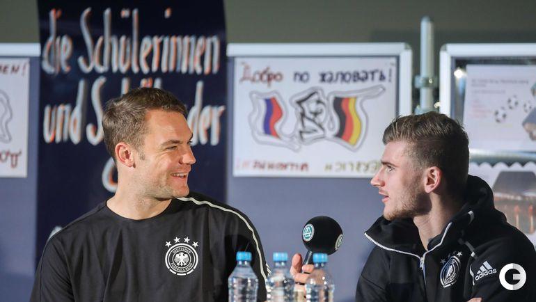 13 ноября. Лейпциг. Футболисты сборной Германии в спортивной школе. Вратарь Мануэль Нойер и Тимо Вернер.