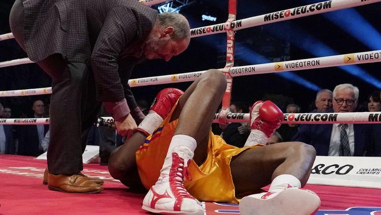 Адонис Стивенсон лежит на ринге после окончания боя. Фото AFP