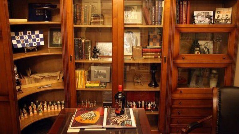 "Этикетку бутылки украшает картина художника Мая Данцига ""Тревога"", написанная в 1971 году. Фото https://twitter.com/ruchess_ru"