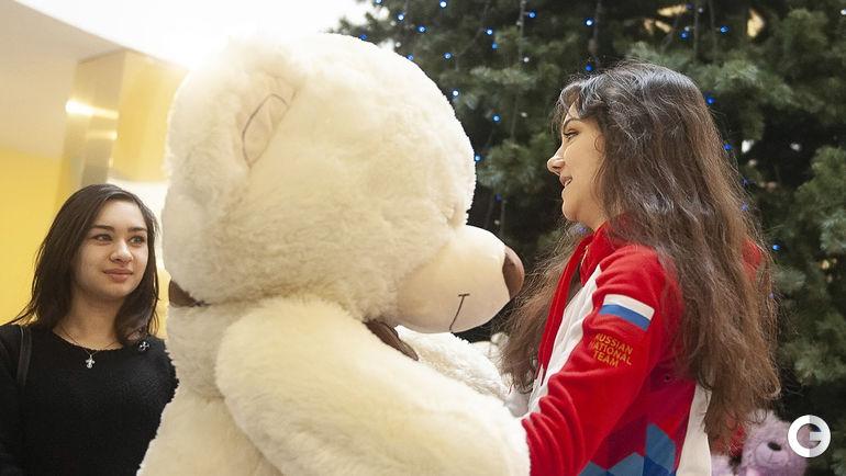 23 декабря. Саранск. Евгения Медведева передает большого плюшевого мишку детям.