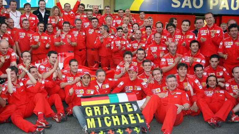 Михаэль Шумахер с командой. Фото REUTERS