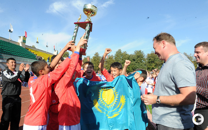 Леонид Слуцкий награждает победителей турнира команду из Казахстана.