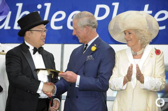 Чарльз Принц Уэльский Чарльз и его супруга Камилла Паркер Боулз награждают президента конного клуба Макао Томаса Ли. Фото REUTERS