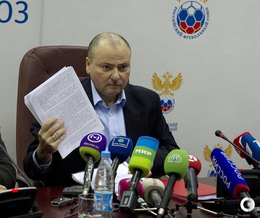 Из семейного сектора стадиона «Локомотив» в судью был брошен посторонний предмет