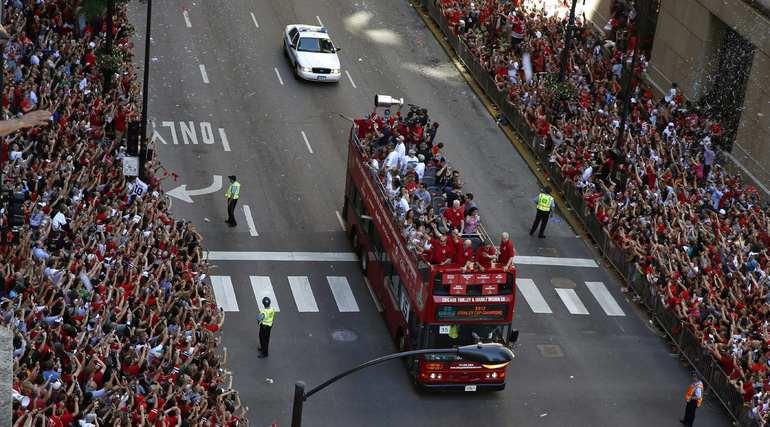 """Автобус с хоккеистами """"Чикаго"""". Фото REUTERS."""