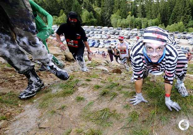 Грязевой забег чудаков в Ла-Брессе. Фото AFP