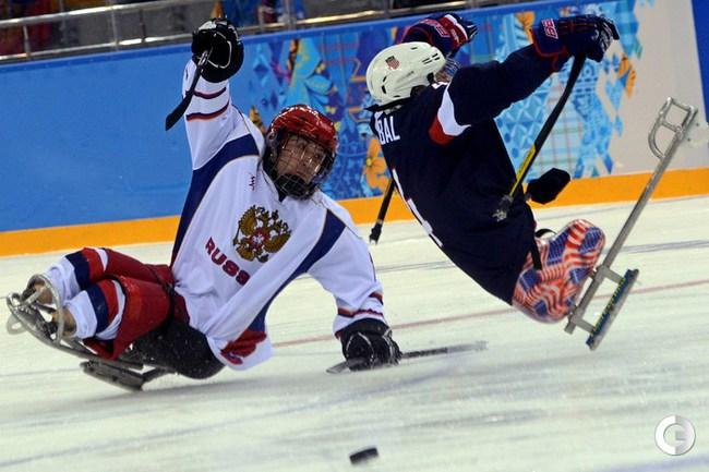 Сборная России обыграла США в следж-хоккей на турнире в Сочи.