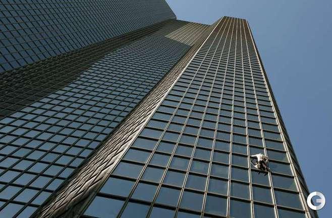 """Человек-паук покорил """"парижский Манхэттен"""". Фото AFP"""