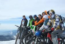 Семь велосипедистов и одна девушка