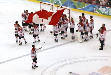 """Сегодня. Ванкувер. Сидни КРОСБИ и его партнеры празднуют золото в хоккее. Фото REUTERS Фото """"СЭ"""""""