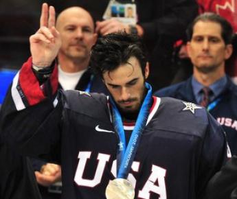 28 февраля. Ванкувер. Канада - США - 3:2 ОТ. Только что вратарю американской команды Райану МИЛЛЕРУ вручили серебряную медаль. Фото AFP