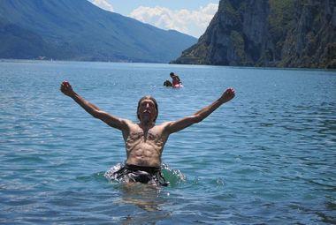 """Купание в озере Гарда – традиция финиша """"ТрансАльп"""". Фото """"СЭ"""""""