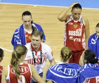 Главный тренер сборной России Борис СОКОЛОВСКИЙ (в центре). Фото AFP