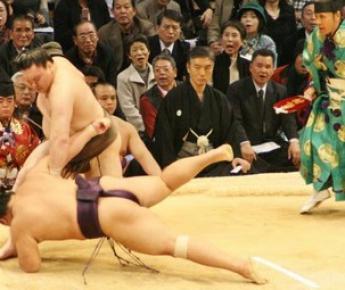 """25 ноября. Фукуока. Йокодзуна ХАКУХО одерживает одиннадцатую победу на Кюсю басё: на сей раз повержен сэкивакэ из Японии ТОТИОДЗАН. Фото """"СЭ"""""""