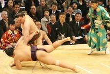 Йокодзуна получил бочку сакэ