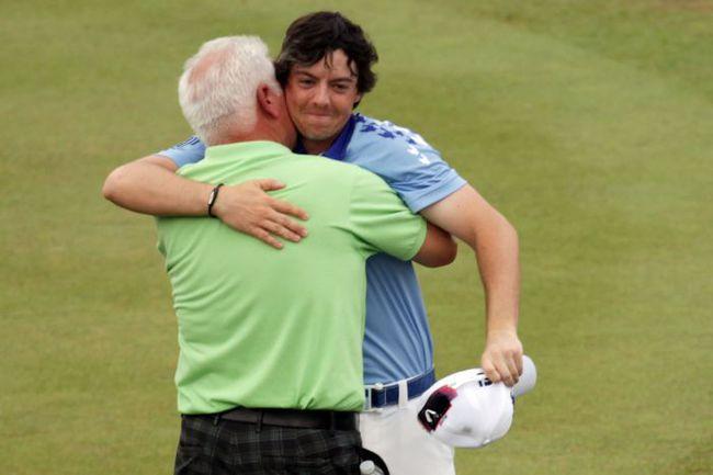 Воскресенье. Бетесда. Новоиспеченный чемпион US Open Рори МАКИЛРОЙ принимает поздравления от своего отца Джерри. Фото AFP