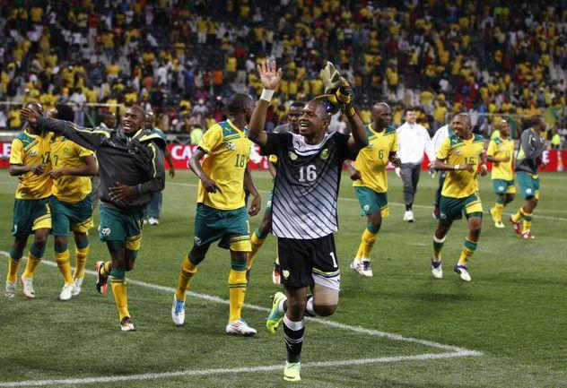 """Суббота. Нелспрейт. ЮАР - Сьерра-Леоне - 0:0. Футболисты сборной ЮАР радуются: им говорили, что этот результат выводит """"Бафана Бафана"""" в финальную часть Кубка Африки. Чуть позже выяснится, что надо было внимательнее читать регламент:на турнир они не попали Фото REUTERS"""