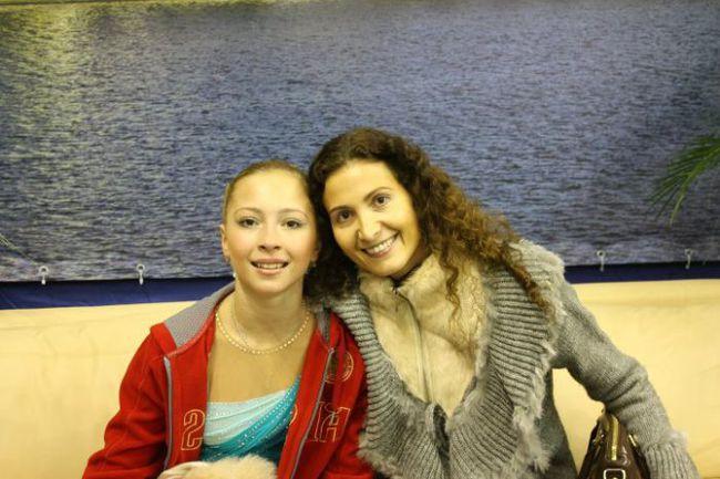 """2 сентября. Рига. Этери ТУТБЕРИДЗЕ и одна из ее учениц, 16-летняя Полина ШЕЛЕПЕНЬ (слева). Фото ISU. Фото """"СЭ"""""""