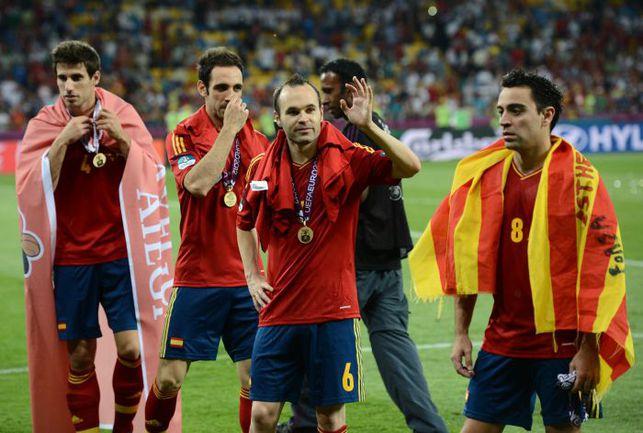 Воскресенье. Киев. Испания - Италия - 4:0. Лучший игрок Euro-2012 Андрес ИНЬЕСТА (в центре) после церемонии награждения. Фото AFP