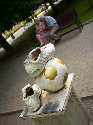 В Донецке у болельщиков большим успехом пользовался Парк кованых фигур. Фото AFP