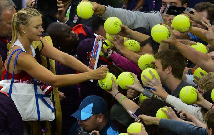 Вчера. Лондон. Автограф-сессия знаменосца олимпийской сборной России-2012 Марии ШАРАПОВОЙ. Фото AFP