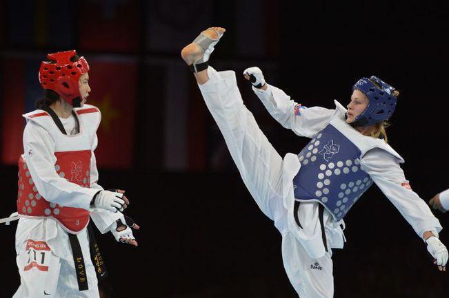Суббота. Лондон. Анастасия БАРЫШНИКОВА (справа) атакует ЛИ ИН ЧОН. Фото AFP