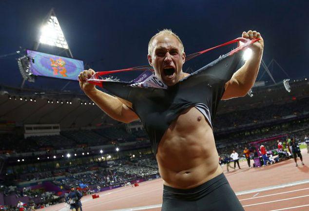 7 августа. Лондон. Дискобол Роберт ХАРТИНГ празднует олимпийскую победу. Фото REUTERS