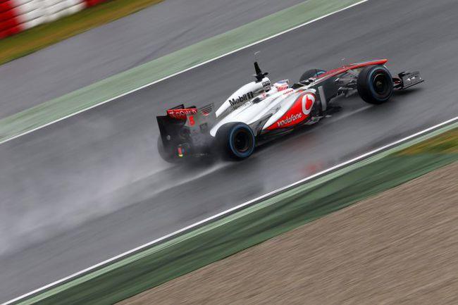 """Пятница. Барселона. Дженсон БАТТОН пилотирует свой """"Макларен"""" под дождем на трассе """"Каталунья Монтмело"""". Фото - McLaren. Фото """"СЭ"""""""