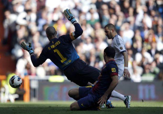 """Суббота. Мадрид. """"Реал"""" - """"Барселона"""" - 2:1. Карим БЕНЗЕМА открывает счет. Фото REUTERS"""