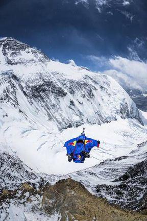 """5 мая. Валерий РОЗОВ совершает свой рекордный прыжок с Эвереста. Фото www.redbullcontentpool.com. Фото """"СЭ"""""""