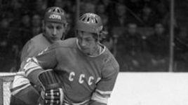 В игре защитники сборной СССР Александр ГУСЕВ (слева) и Валерий ВАСИЛЬЕВ.