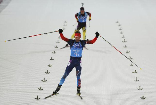 Суббота. Сочи. Симон ШЕМП (на дальнем плане) смог лишь созерцать блестящий финиш Антона ШИПУЛИНА. Фото AFP