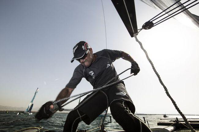 """Несмотря на такие отчаянные усилия триммера Emirates Team New Zealand Джеймса ДАГГА и у """"киви"""" случались провалы. Фото Lloyd Images"""