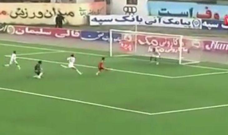 Запасной игрок спасает свои ворота от неминуемого гола.
