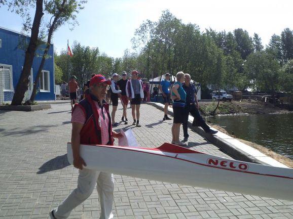 Тренер Рыбаков В.П. помогает своим воспитанникам.