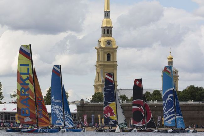 Флот Extreme Sailing Series проходит Петропавловскую крепость. Фото Lloyd Images