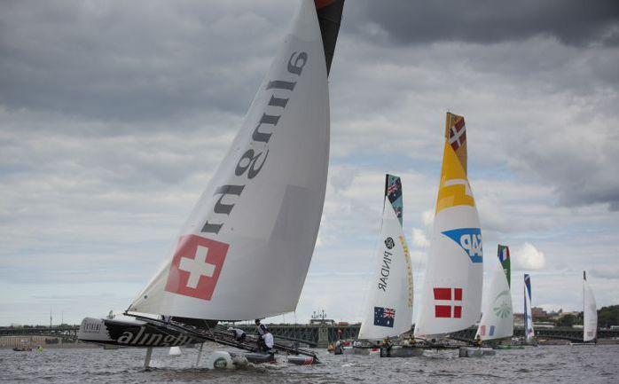 Швейцарская Alinghi - одна из немногих команд, которым удалось в пятницу поставить катамаран на один поплавок. Фото Lloyd Images
