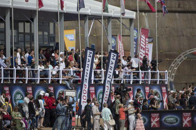 Гоночная деревня Extreme Sailing Series, расположенная на пляже Петропавловской крепости, переполнена зрителями. Фото Lloyd Images