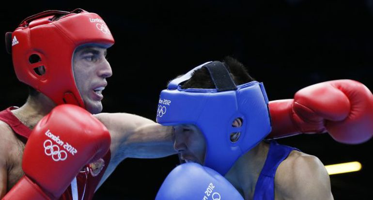 Российский боксер-любитель Миша АЛОЯН (слева)  во время олимпийского турнира  в Лондоне. Фото REUTERS