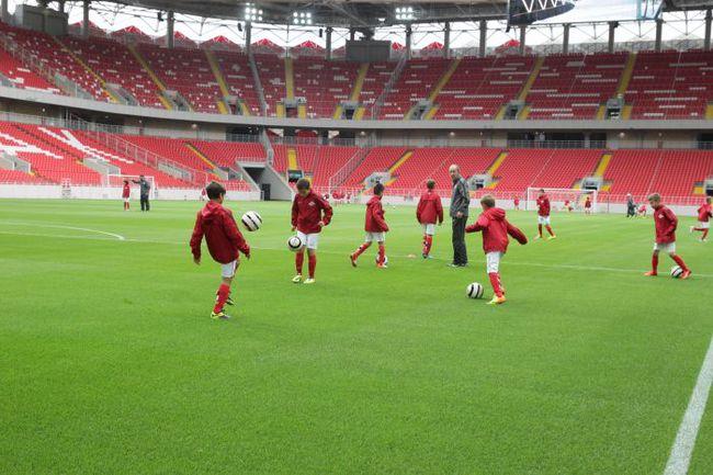 Поле новой арены тестируют дети из футбольной академии красно-белых. Фото Владимир ГЕРДО