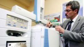Григорий РОДЧЕНКОВ в лаборатории хромато-масс-спектрометрии.
