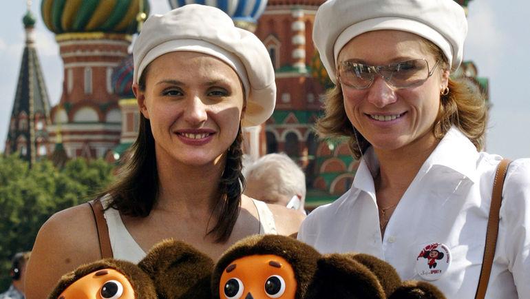 5 августа 2004 года. Москва. Мария КИСЕЛЕВА (справа) и Ольга БРУСНИКИНА на церемонии проводов российских олимпийцев в Афины. Фото AFP